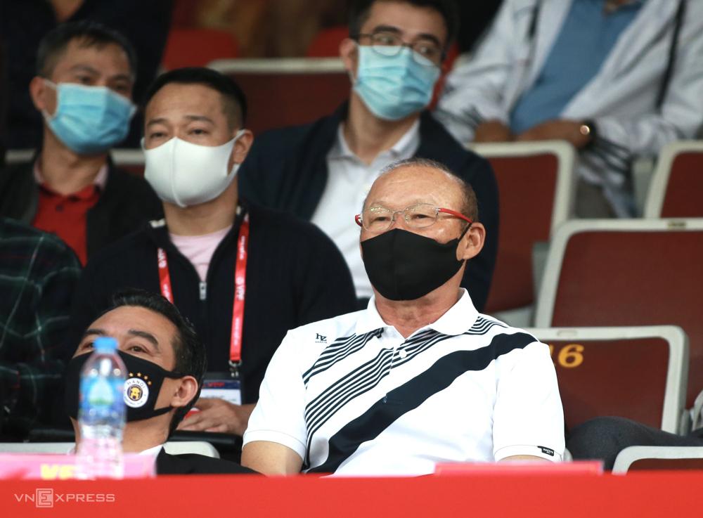 โค้ช Park Hang-seo นั่งบนสนาม Lach Tray ดูไฮฟองแพ้ฮานอย 0-2 ในรอบ 3 ของ V-League 2021 เมื่อวันที่ 13 มีนาคม  ภาพ: ลำทอ