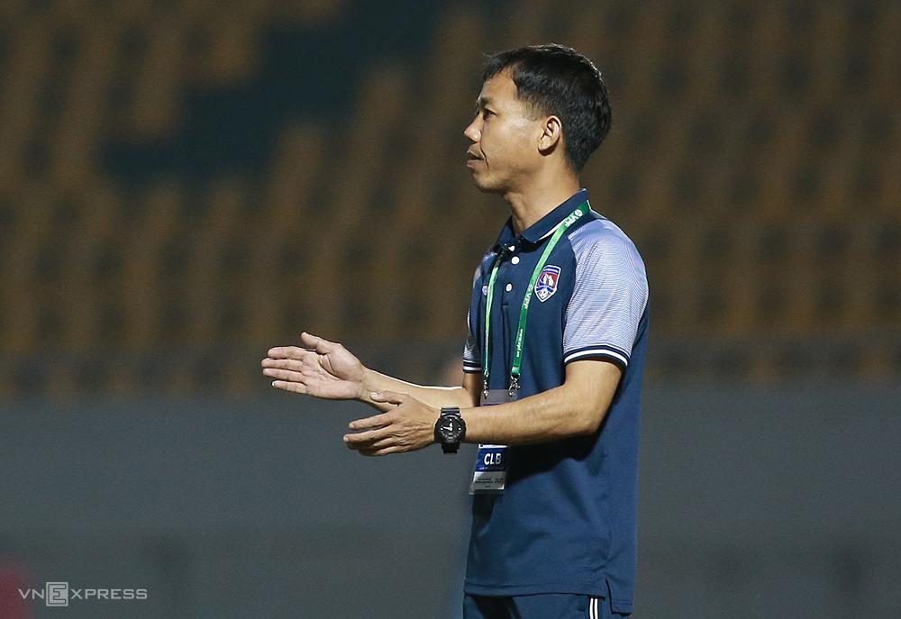 Pelatih Hoang Tho membantu pemain Quang Ninh untuk tetap meraih hasil bagus meski belum menerima gaji selama 7 bulan.  Foto: Lam Thoa
