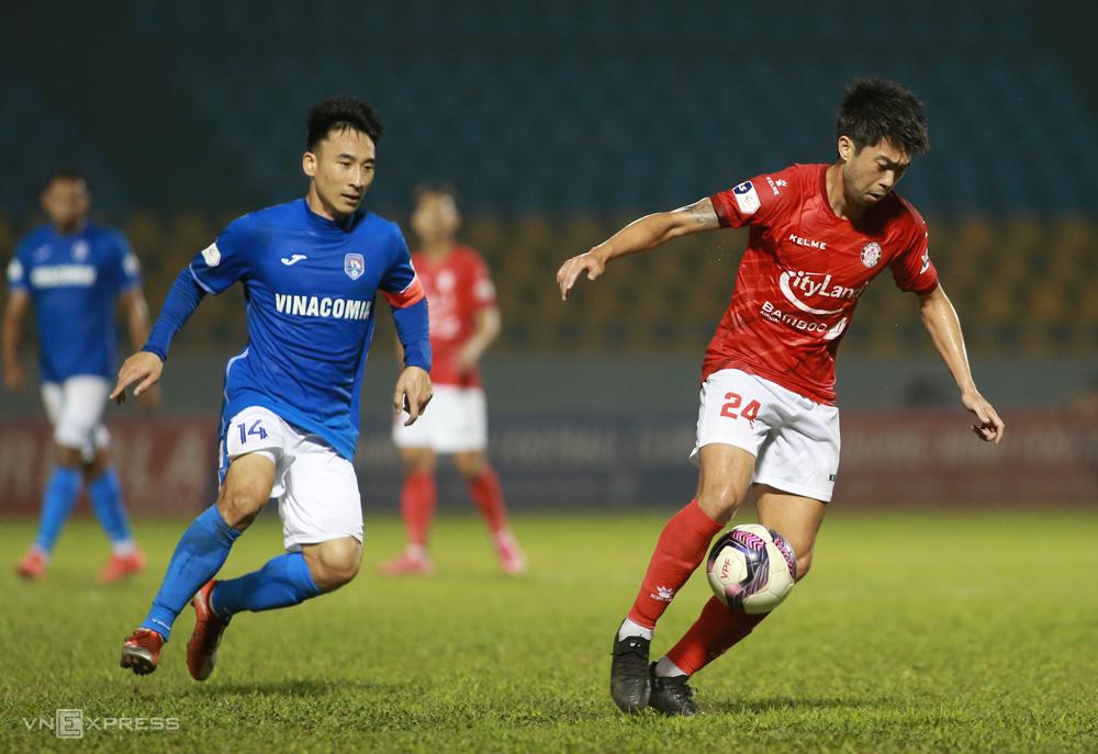 Hai Huy mengikuti Lee Nguyen ketika Quang Ninh mengalahkan Kota Ho Chi Minh di Stadion Cam Pha pada 14 Maret.  Foto: Lam Thoa