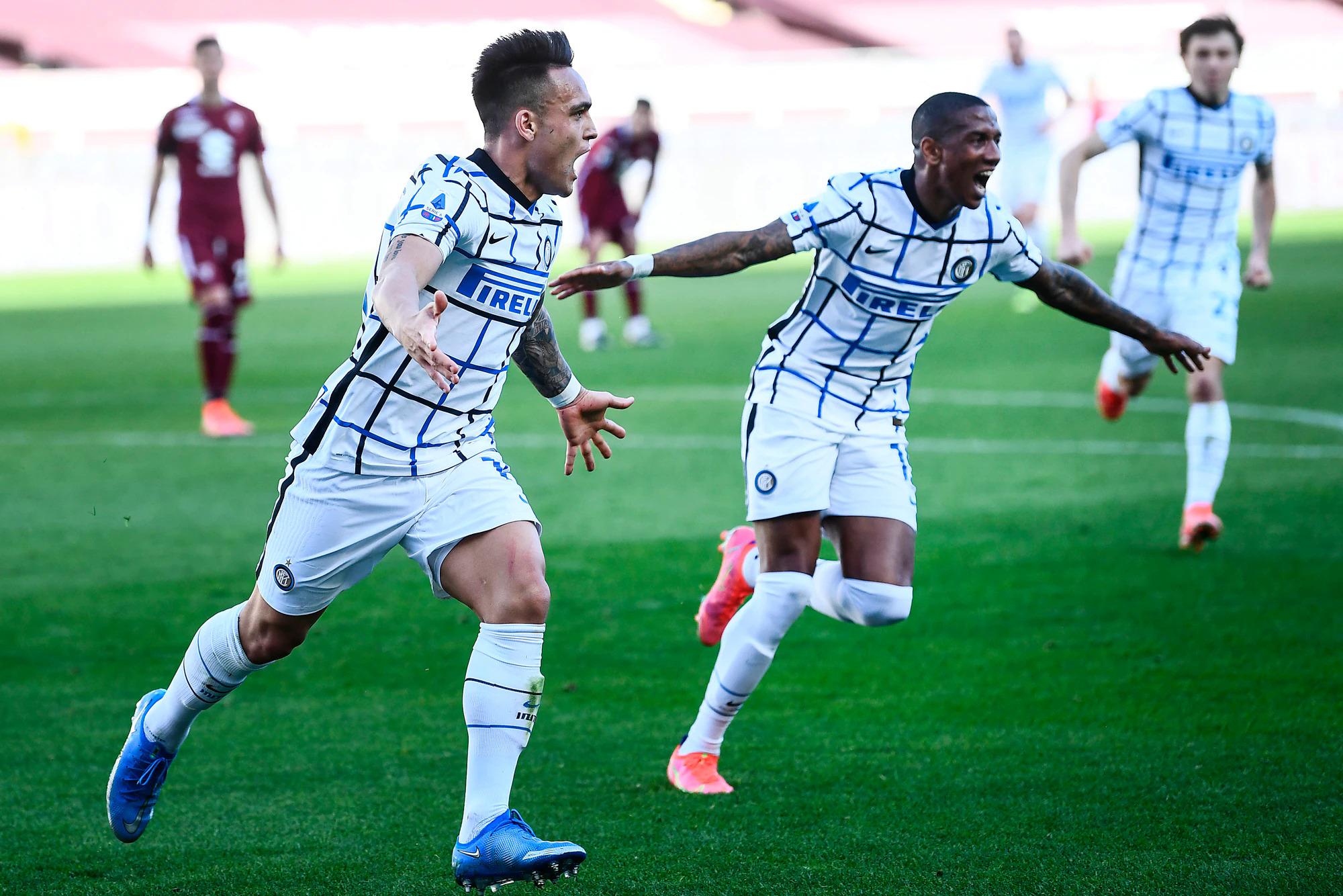 Lautaro (kiri) merayakan kemenangan 2-1 untuk Inter.  Foto: www.imagephotoagency.it