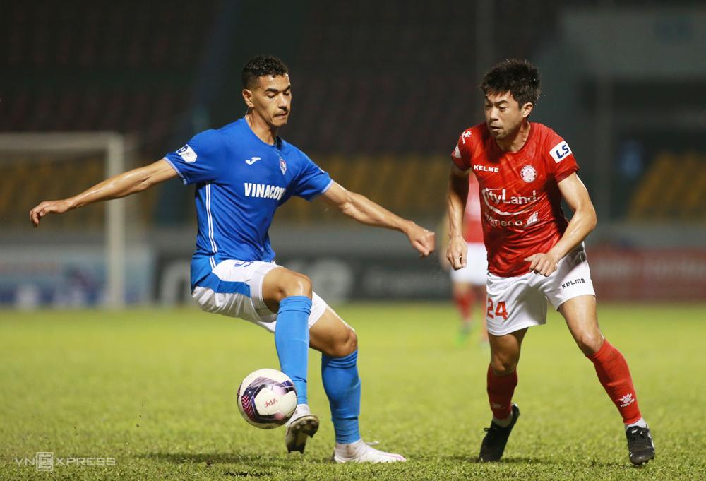 Lee Nguyễn di chuyển rộng nhưng không thoát được sự đeo bám của cầu thủ Quảng Ninh trong trận đấu trên sân Cẩm Phả ngày 14/3. Ảnh: Lâm Thoả