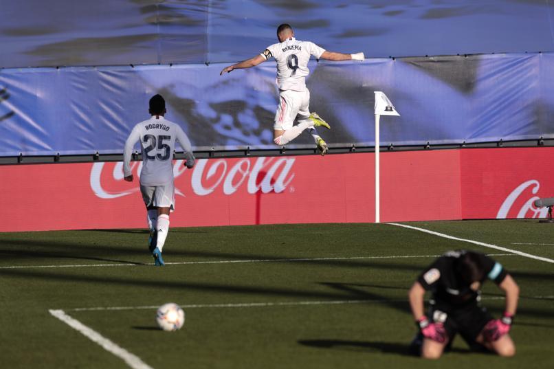 Benzema bersinar tepat waktu untuk menyelamatkan Real.