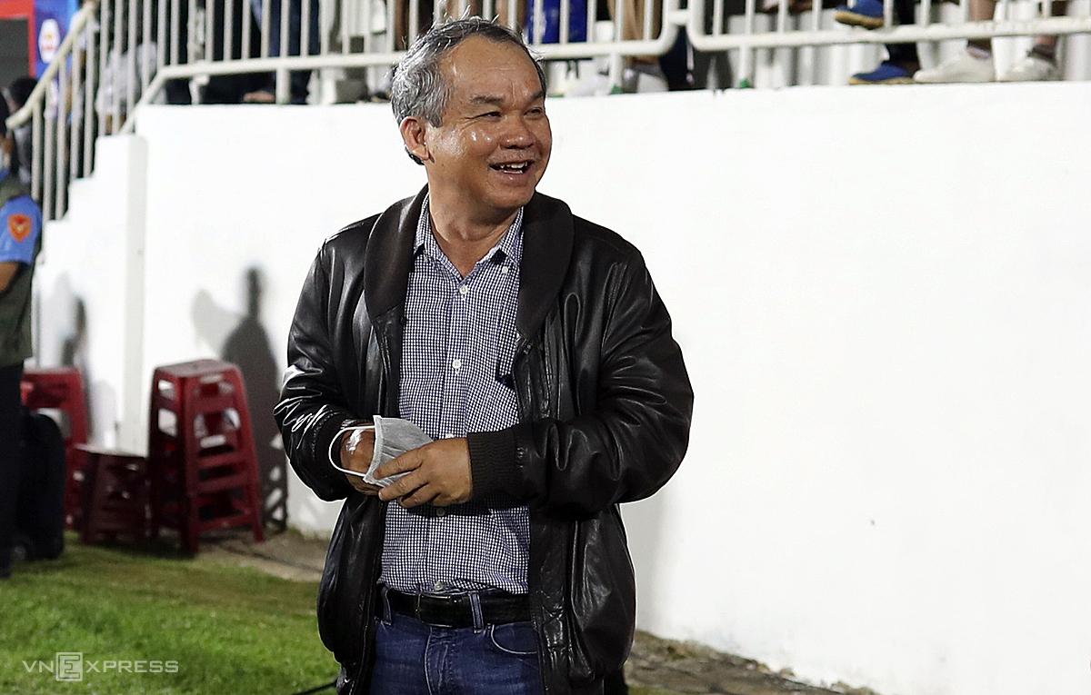Bau Duc pergi ke Pleiku untuk menyemangati para pemain setelah memenangkan Binh Dinh pada malam 14 Maret.  Foto: Duc Dong.