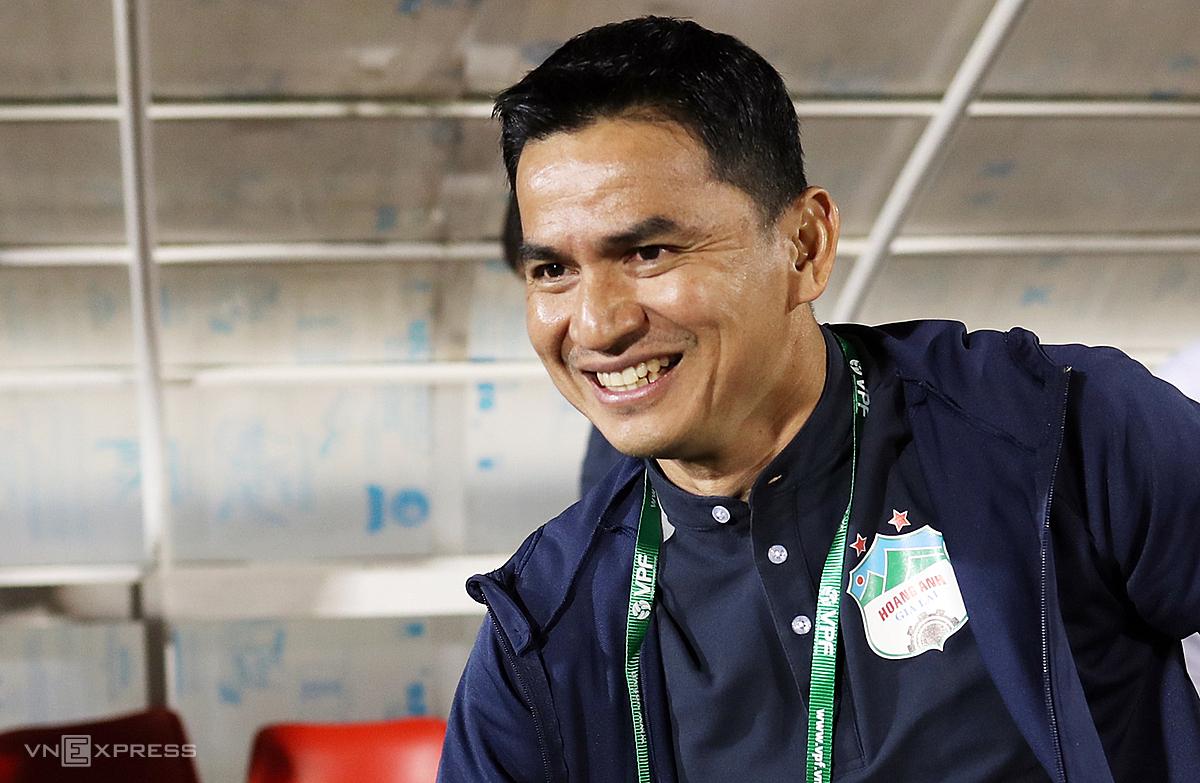 Pelatih Kiatisuk meraih dua kemenangan berturut-turut dengan HAGL saat dia menendang di Stadion Pleiku musim ini.  Foto: Duc Dong.