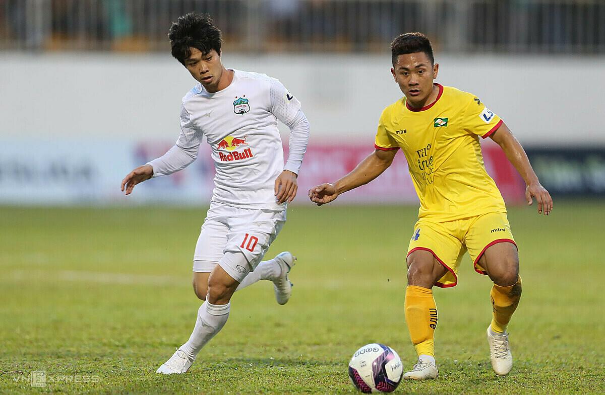 Công Phượng (trái) chưa ghi bàn từ đầu mùa V-League 2021. Ảnh: Đức Đồng.