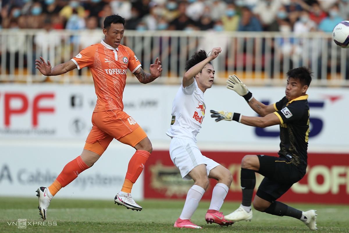 Van Toan mencetak gol dan menyumbangkan assist untuk resepsi Binh Dinh.  Foto: Duc Dong.