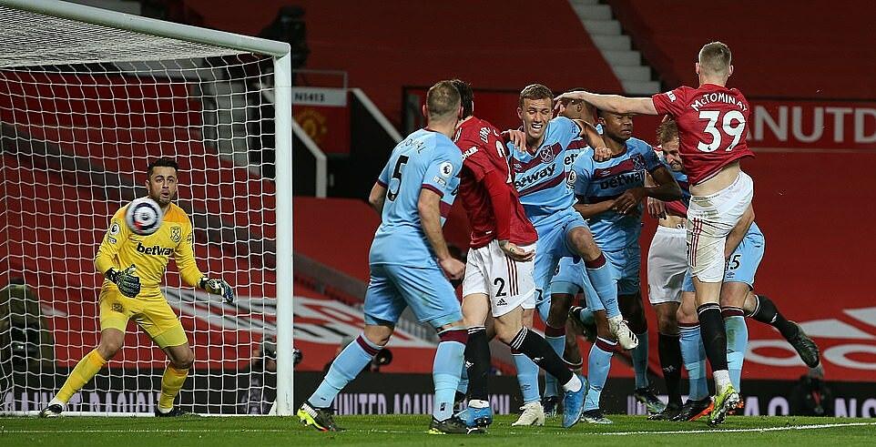 Situasi yang berantakan berujung pada gol bunuh diri Dawson.  Foto: MUFC.