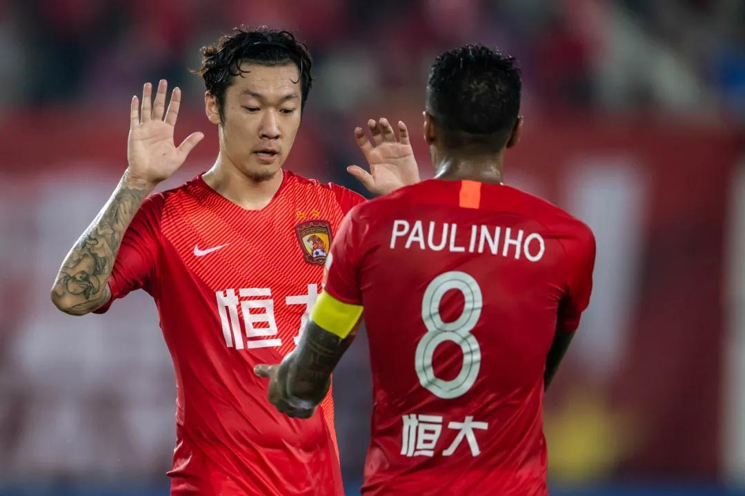 Xu Xin (kiri) meninggalkan Guangzhou FC setelah 5 tahun.  Foto: Xinhua.