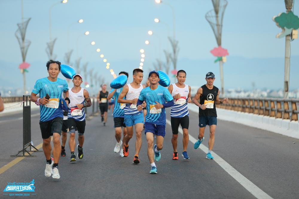 Group of athletes running with Pacer on Thi Nai Bridge, Quy Nhon VnExpress Marathon 2020. Photo: VnExpress Quy Nhon Marathon.