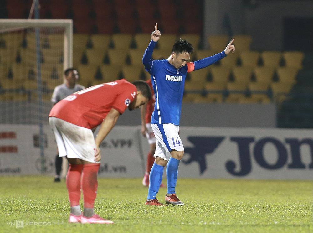 Hai Huy merayakannya ketika dia mencetak gol 2-0 dalam pertandingan melawan Kota Ho Chi Minh di Stadion Cam Pha.  Foto: Lam Thoa
