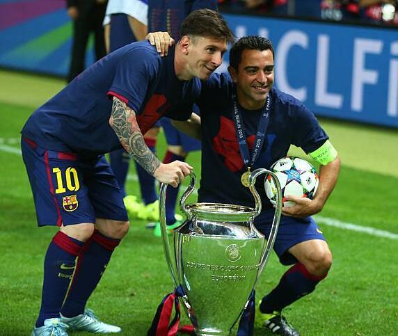 Messi (kiri) dan Xavi di samping Liga Champions 2015 - terakhir kali Barca memenangkan arena ini.  Foto: MD