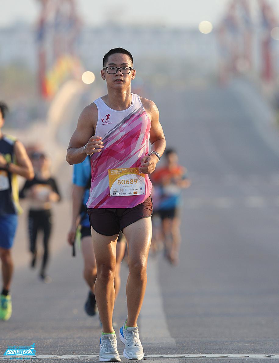 Runner on the runway VM Quy Nhon 2020. Photo: VnExpress Marathon.
