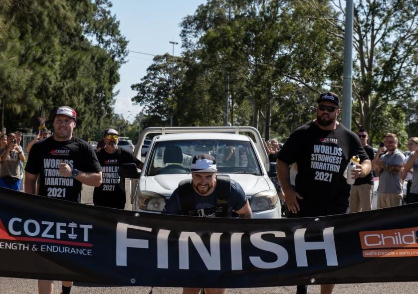 Dù phải kéo theo một chiếc bán tải phía sau, Corey Philpott vẫn chạm vạch đích đầu tiên. Ảnh: Instagram/Cozfit.