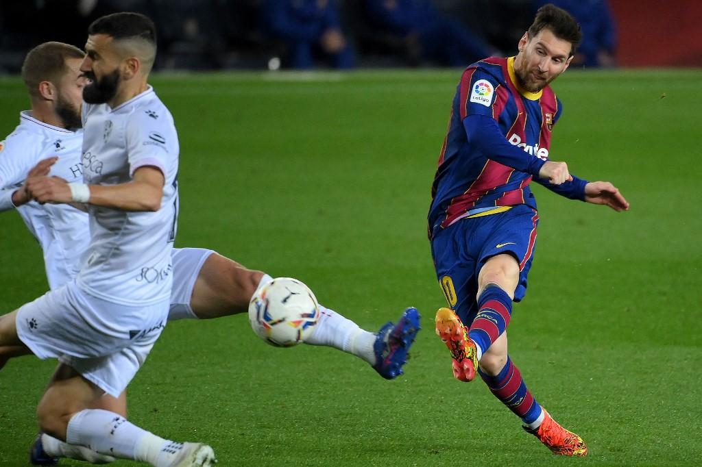 Messi dalam fase mencetak gol menetapkan kemenangan 4-1 untuk Barca melawan Huesca pada 15 Maret.  Foto: AFP