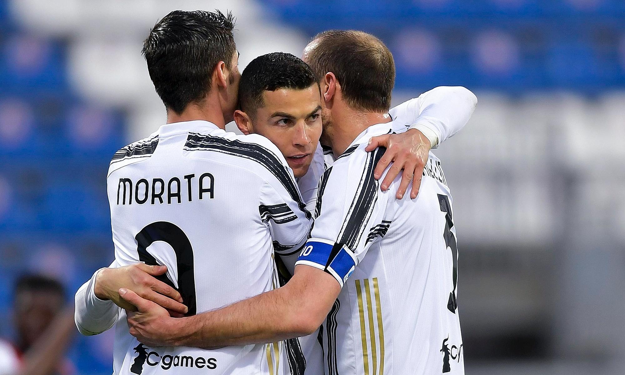 โรนัลโด้แบ่งปันความสุขของเขากับโมราต้าและกัปตันทีม Chiellini ในชัยชนะ 3-1 เหนือกายารีเมื่อวันที่ 14 มีนาคม  ภาพถ่าย: `` Juventus