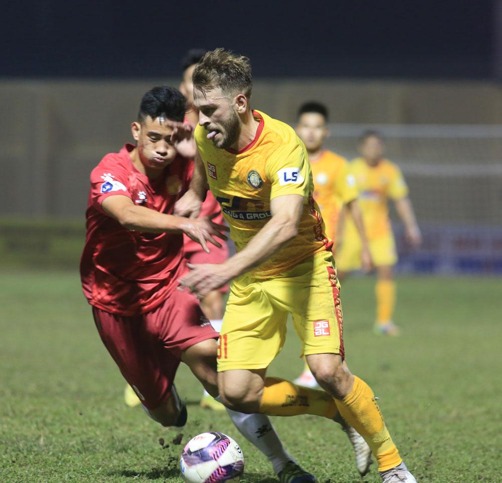 Gramoz đi bóng trong sự truy cản của một cầu thủ Nam Định ở vòng 3 V-LEague 2021. Ảnh: VPf.