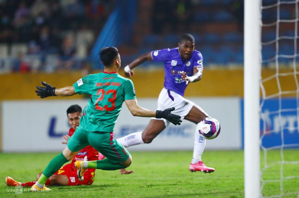 Trinh Van Hoang ได้รับสามประตูในครั้งแรกใน V-League 2021 รูปภาพ: Giang Huy
