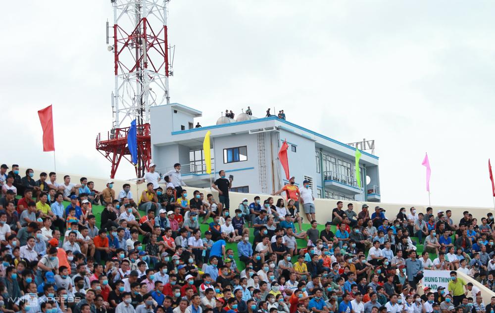 Penggemar Binh Dinh naik ke atap untuk menyaksikan tim tuan rumah menyambut Da Nang pada 19 Maret.  Foto: Lam Thoa