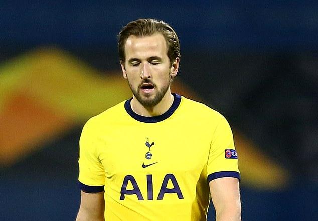 Kane meninggalkan lapangan dengan kecewa setelah kalah melawan Dinamo Zagreb.  Foto: Reuters.