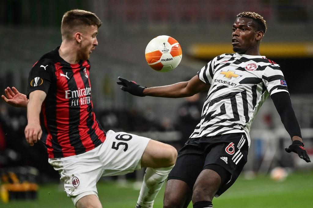 Pobga menutup untuk mencegah striker Alexis Saelemaekers selama serangan Milan.  Foto: AFP