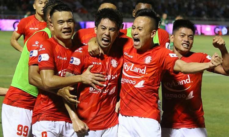 Lee Nguyen berbagi kegembiraannya dengan rekan satu timnya setelah mencetak gol dari titik penalti.  Foto: Duc Dong.