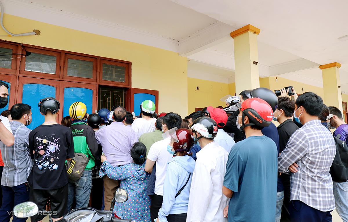แฟน ๆ รวมตัวกันที่สำนักงานสโมสร Hong Linh Ha Tinh เพื่อซื้อตั๋วในบ่ายวันที่ 19 มีนาคม  ภาพ: Duc Hung