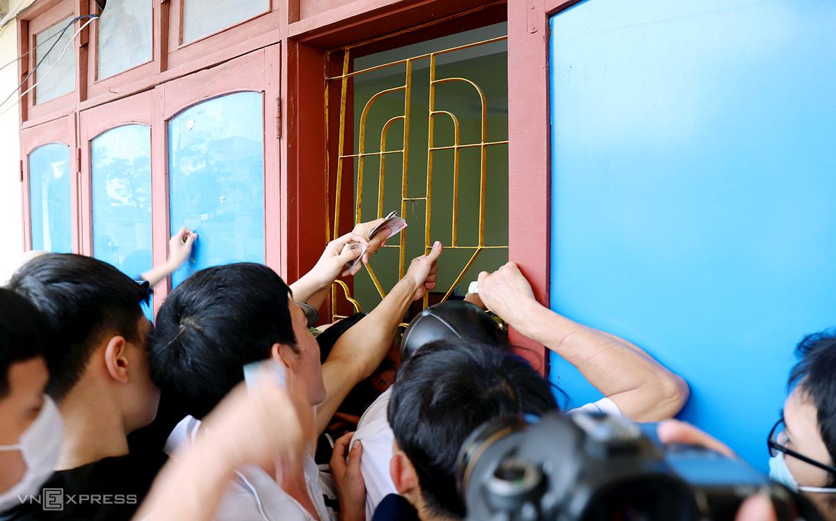หลายคนส่งเสียงฮือฮาที่หน้าต่างบ็อกซ์ออฟฟิศ  ภาพ: Duc Hung