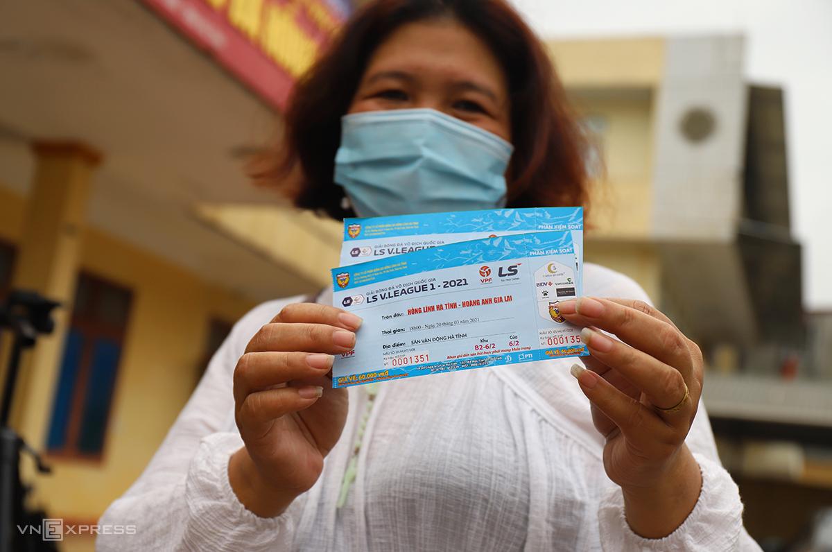 แฟนคลับหญิงคนหนึ่งแบ่งปันความสุขของเธอหลังจากที่เธอได้ตั๋วเข้าชมการแข่งขัน Ha Tinh - HAGL  ภาพ: Duc Hung