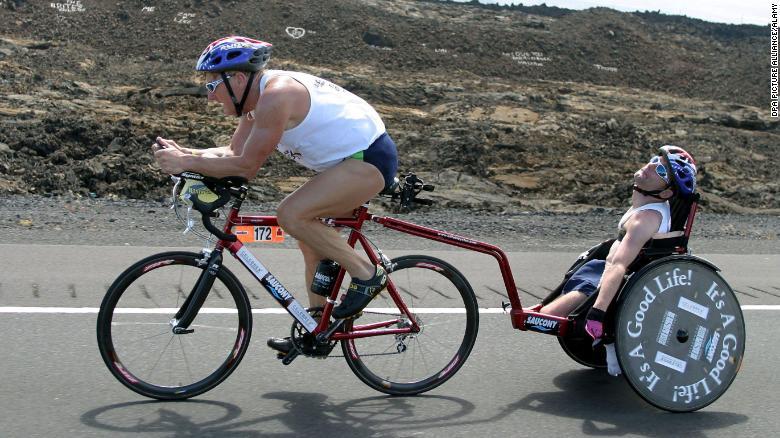 Dick menarik putranya dengan sepeda di kompetisi mengayuh Iron Man di Kailua-Kona, Hawaii, pada 18 Oktober 2003.