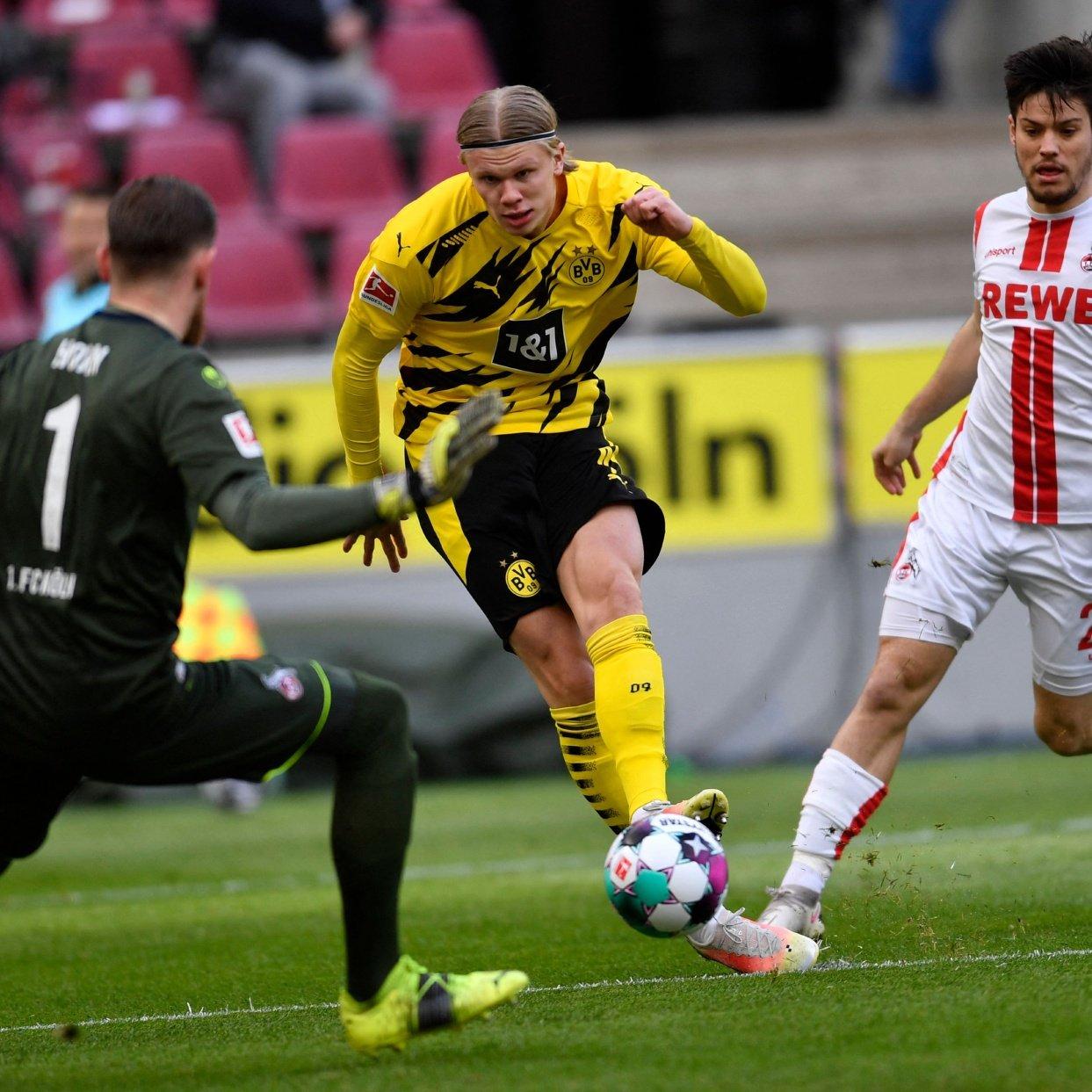 Haaland dalam situasi membelokkan gawang Horn, membuka skor bagi Dortmund.  Foto: AFP