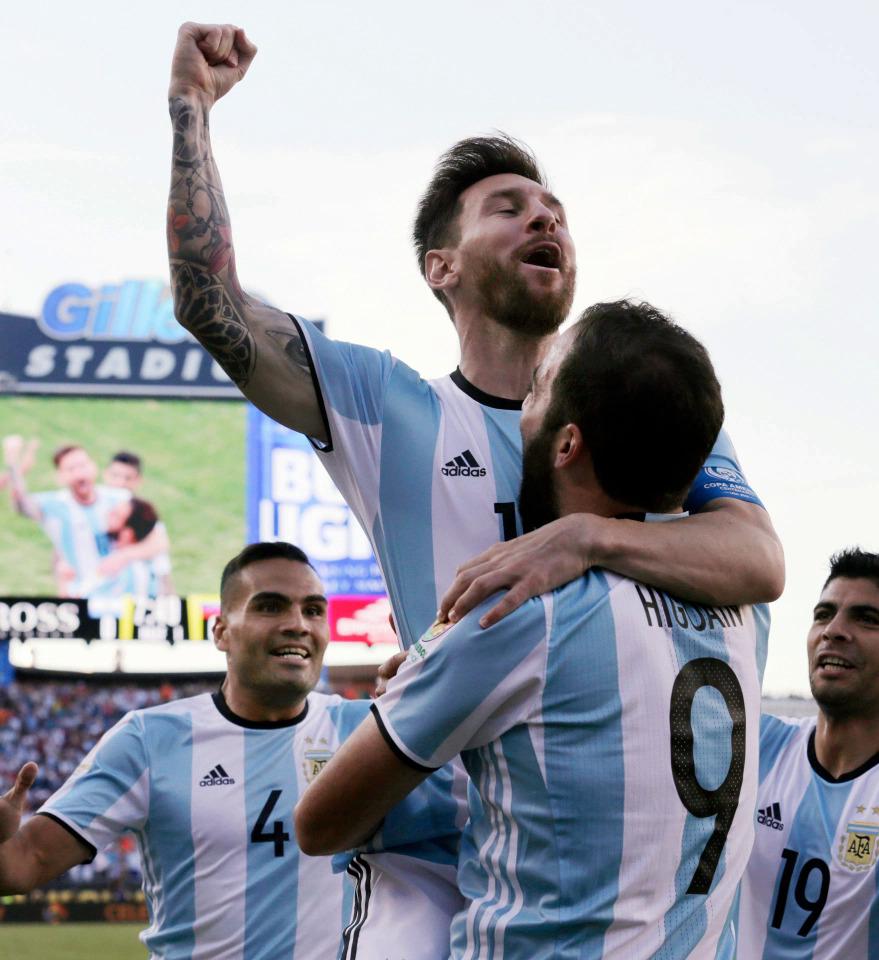 Higuain và Messi là cặp tấn công ăn ý ở tuyển Argentina. Ảnh: AP