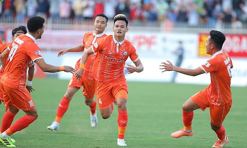 Bình Định thăng hoa trong lần đầu được chơi trên sân nhà Quy Nhơn, với mặt cỏ được làm mới, hôm 19/3. Ảnh: BinhDinhFC