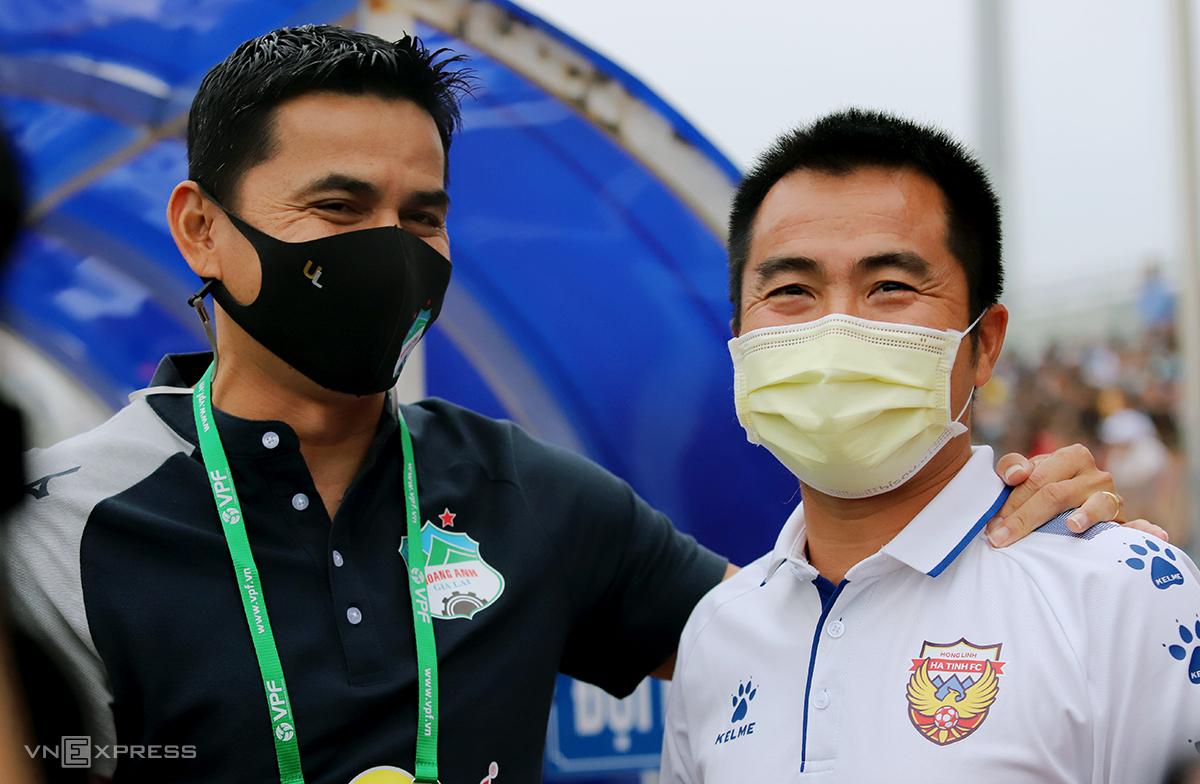 Pelatih Kiatisuk (kiri) dan Pham Minh Duc adalah teman dekat, setelah menghabiskan waktu bersama HAGL.  Foto: Duc Hung