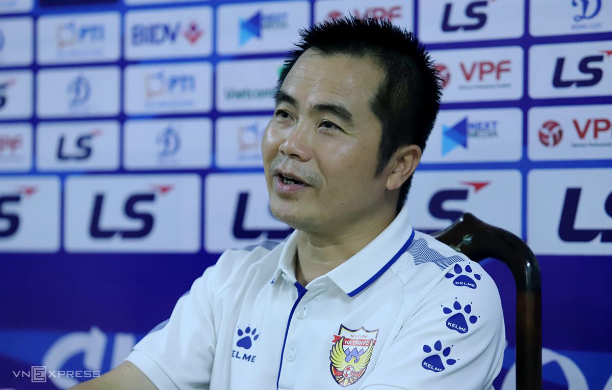 Pelatih Pham Minh Duc pada konferensi pers pada malam 20 Maret.  Foto: Duc Hung