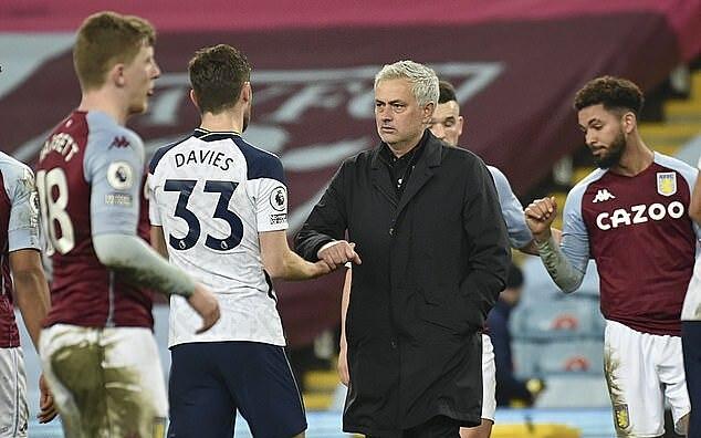 Mourinho dengan dingin keluar untuk memberi selamat kepada muridnya setelah memenangkan Aston Villa.  Foto: AP.