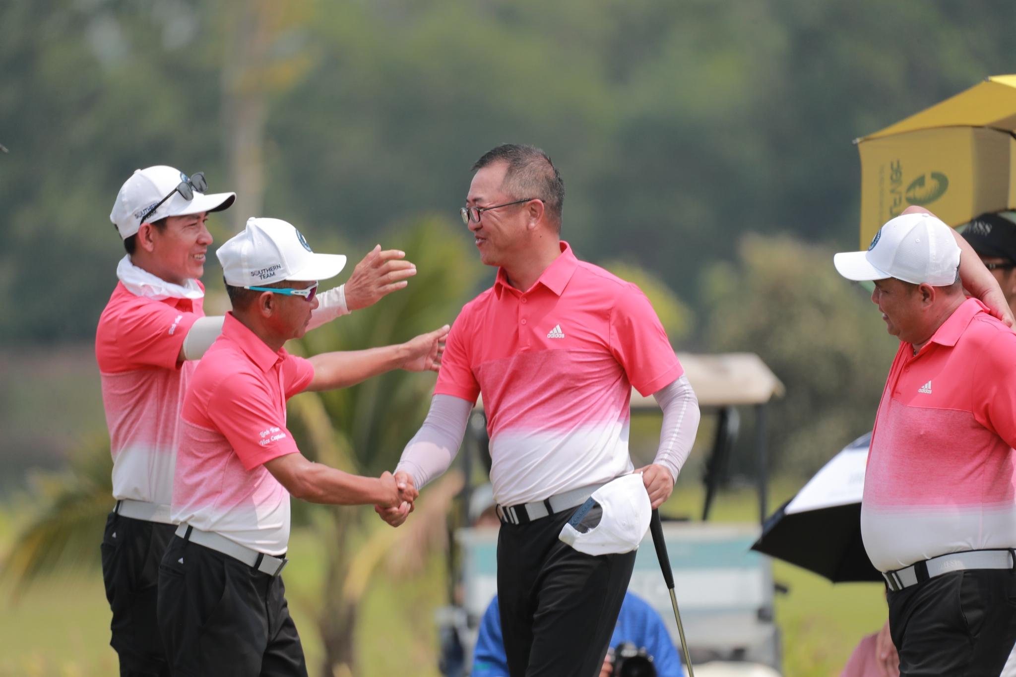 Pegolf Vu Pham Nguyen An (ketiga dari kiri) berbagi kegembiraannya dengan rekan setimnya di Selatan setelah momen kejuaraan.  Foto: Duy Duong