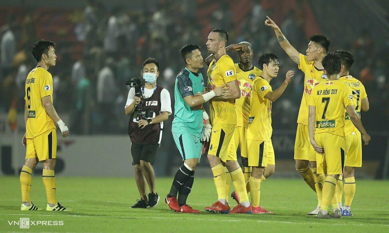 Kim Dong-su และ Xuan Truong พูดคำสุดท้ายอีกครั้งหลังจากเสมอกัน 0-0 ที่ Ha Tinh Stadium เมื่อวันที่ 20 มีนาคม  ภาพ: มินห์มินห์
