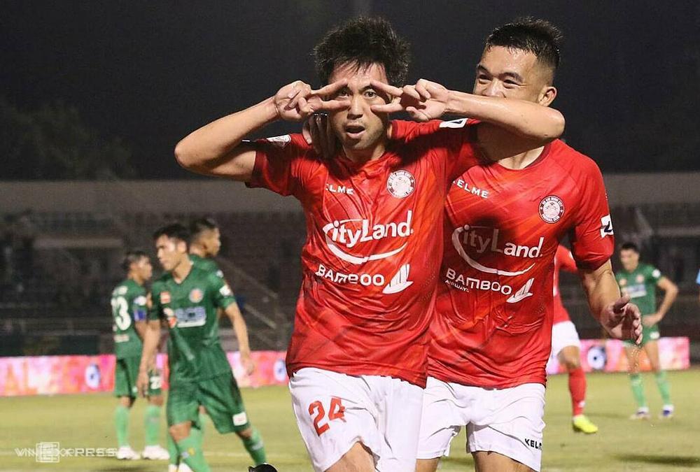Lee Nguyễn ăn mừng sau khi đá 11m thành công, giúp TP HCM hạ Sài Gòn 1-0 ngày 19/3.