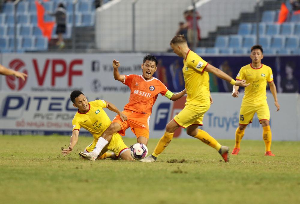 ดานัง (สีส้ม) แพ้เป็นเกมที่สองติดต่อกันแม้ว่าจะเริ่มต้นด้วยชัยชนะสามนัดใน V-League 2021 ก็ตามภาพ: VPF.
