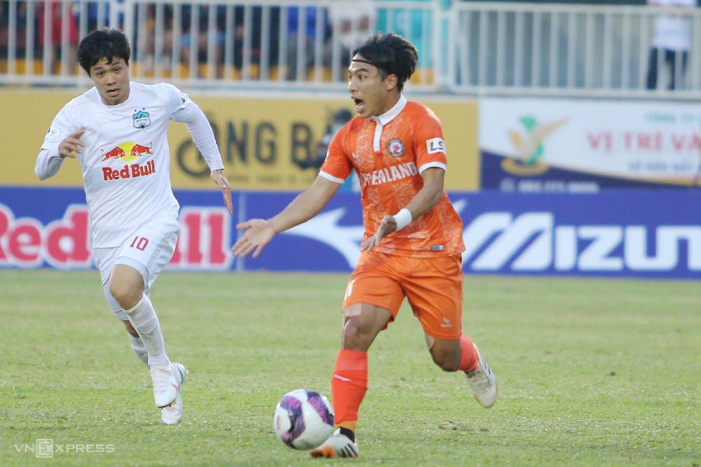 Le Tien Anh menghadapi Nguyen Cong Phuong di lapangan Pleiku pada putaran ketiga V-League 2021.