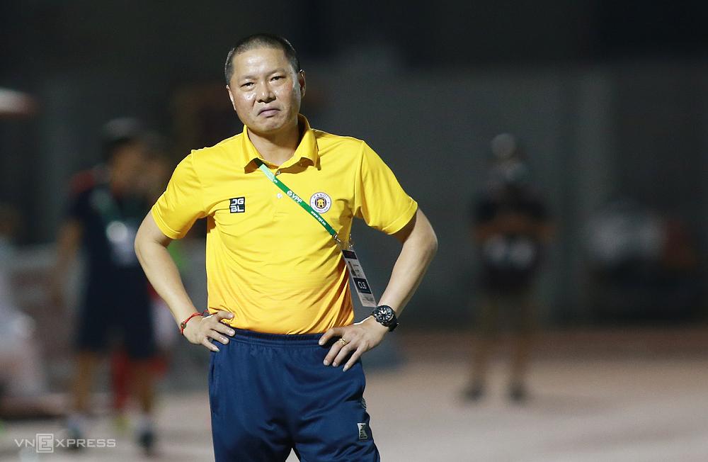 Pelatih Chu Dinh Nghiem muak saat melihat bola Hoang Thinh bercampur dengan Hung Dung