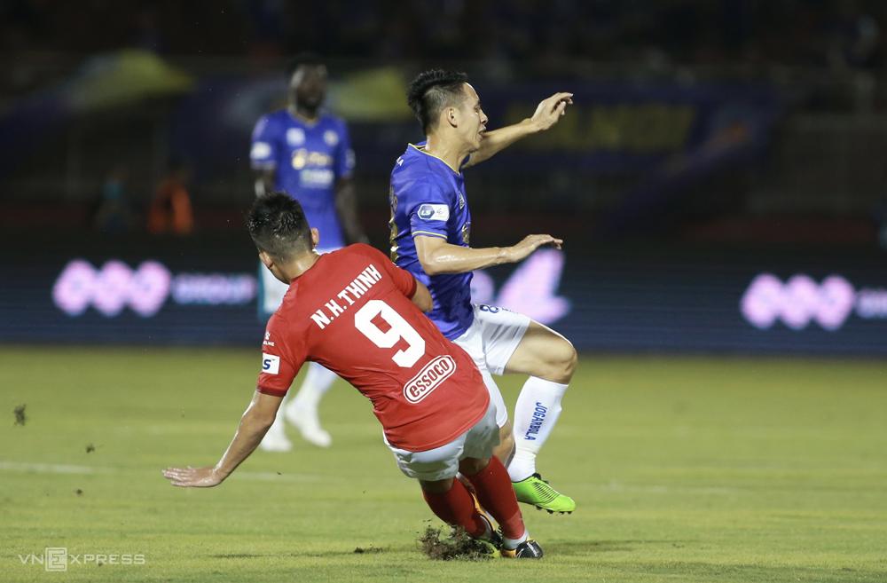 Hoang Thinh memasuki bola, menyebabkan Hung Dung patah kakinya di Stadion Thong Nhat pada 23 Maret.  Foto: Lam Thoa