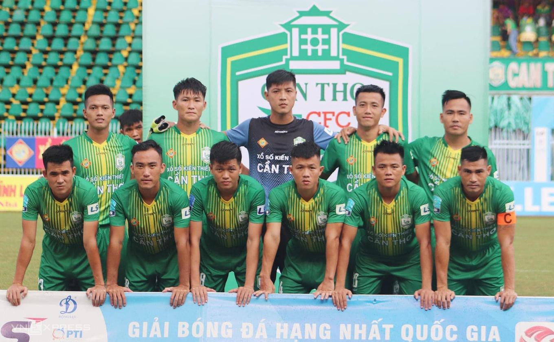 ผู้รักษาประตู Thanh Vu (เสื้อดำ) ในทีม Can Tho เริ่มเปิดตัวในดิวิชั่นแรกของประเทศ 2021
