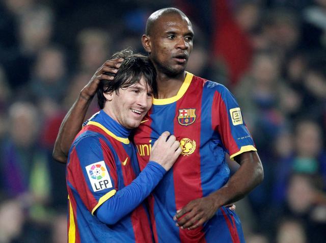 Messi dan Abidal saat mereka masih bermain bersama dalam balutan seragam Barca.