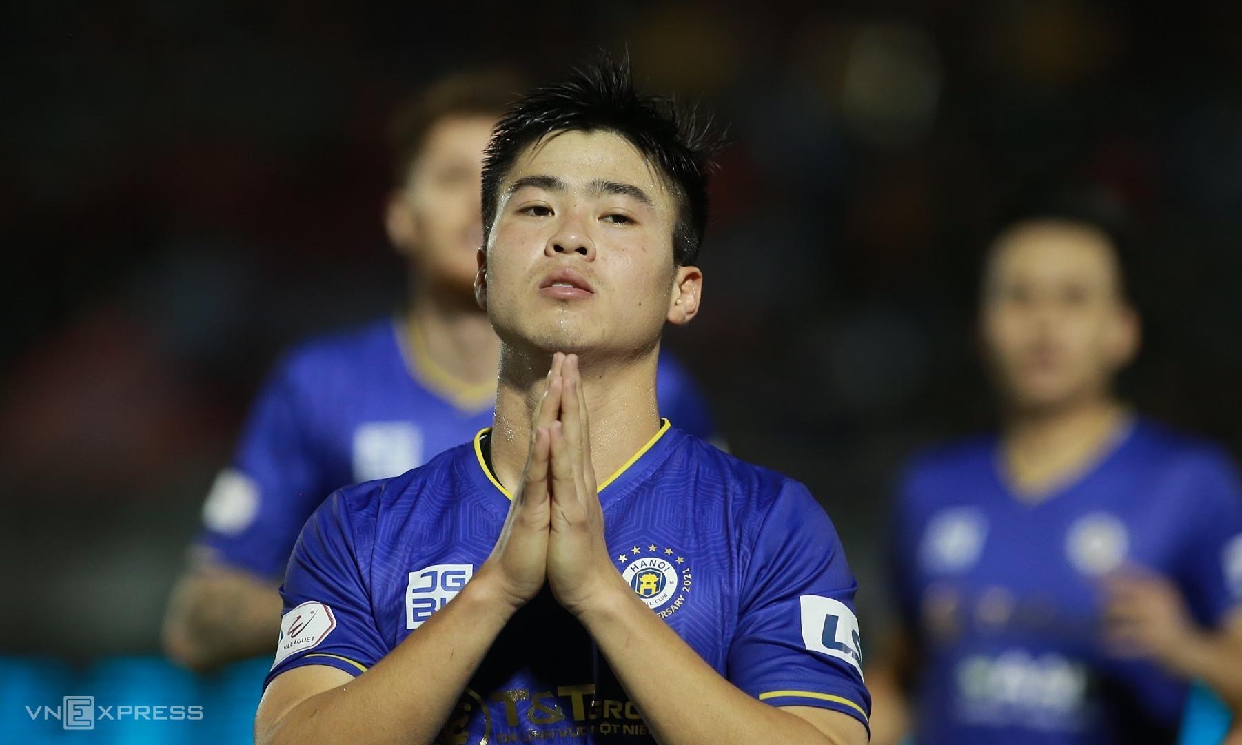 Duy Manh อธิษฐานเผื่อ Hung Dung หลังยิงประตูเปิดแต้มให้ฮานอย  ภาพ: ลำทอ