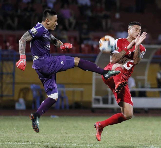 Thanh Thang berselisih dengan pemain Viettel di V-League.  Foto: VPF.
