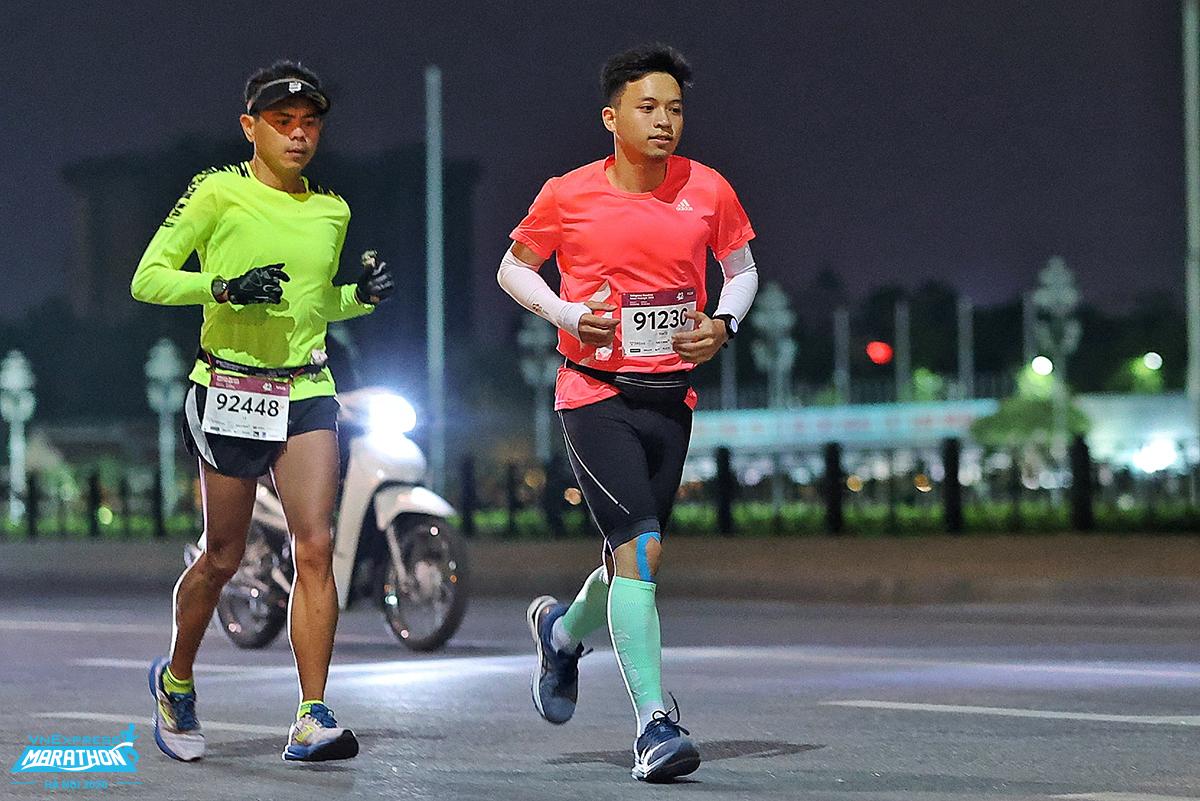 Dua atlet lari 42 km melalui Doc Lap Street, di depan Ba Dinh Square.  Foto: Huu Khoa.