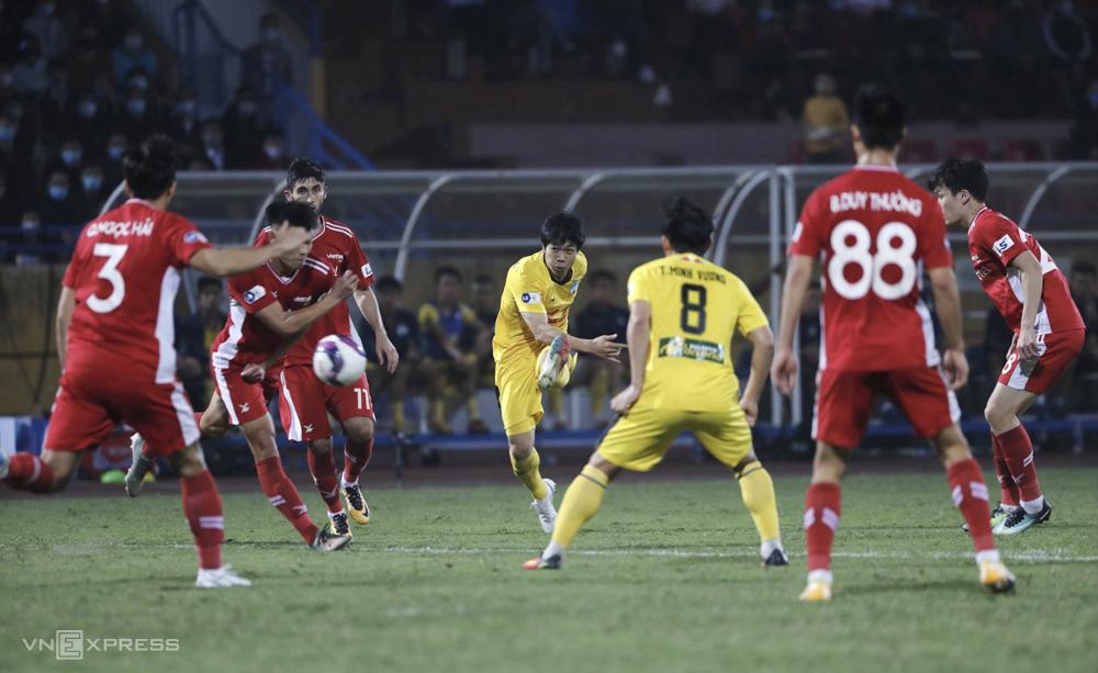 Cong Phuong เต็มใจที่จะจ่ายบอลผ่านผู้เล่น Viettel หลายชุดก่อนที่จะเข้าไปในตาข่าย