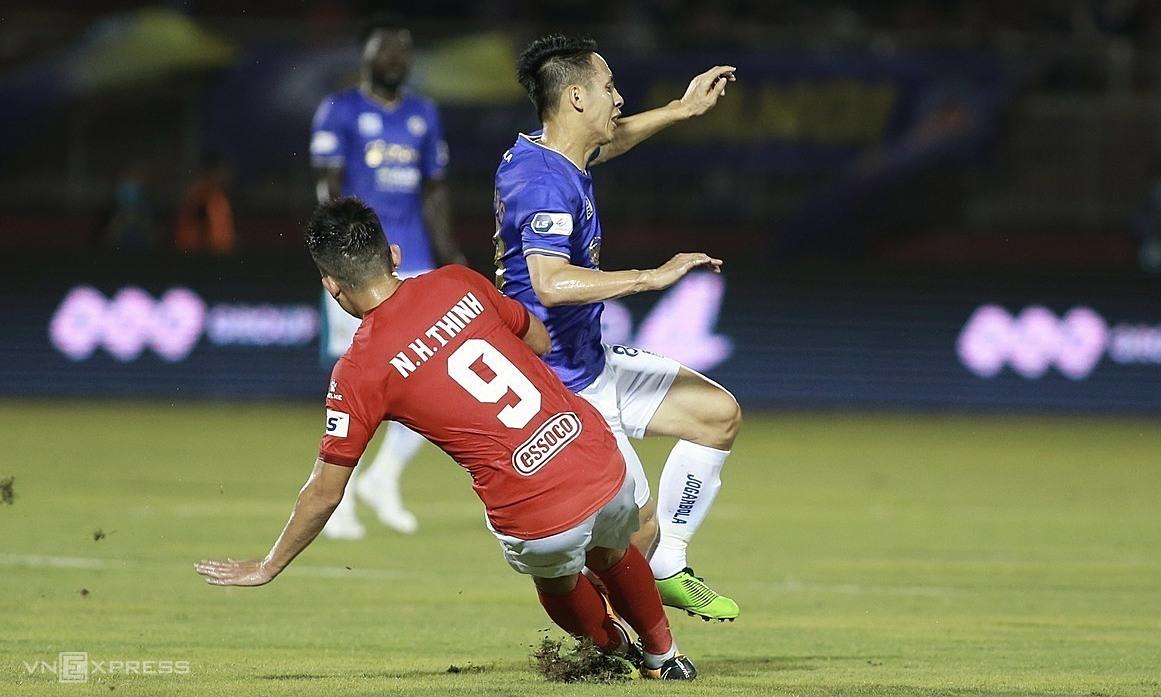 Hoàng Thịnh vào bóng khiến Hùng Dũng gãy chân trên sân Thống Nhất tại vòng 5 V-League 2021. Ảnh: Lâm Thoả