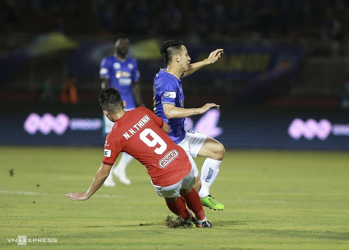Hoàng Thịnh vào bóng gãy chân Hùng Dũng trong trận Hà Nội thắng TP HCM 3-0 trên sân Thống Nhất ngày 23/3. Ảnh: Lâm Thoả